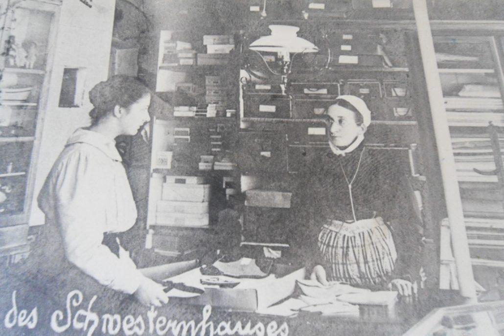 Søstrene lavede blandt andet fine håndarbejder, som blev solgt fra butikken. Den blev bestyret af Søster Schurmann.