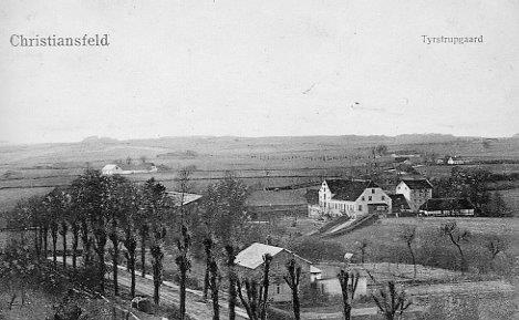 Foto 1910. I forgrunden rebslager August Østers rebslagerbane. I baggrunden Tyrstrupgård. Til højre bag bindingsværksbygningen er ølbryggeri, til venstre stuehus. Til venstre ladebygninger.