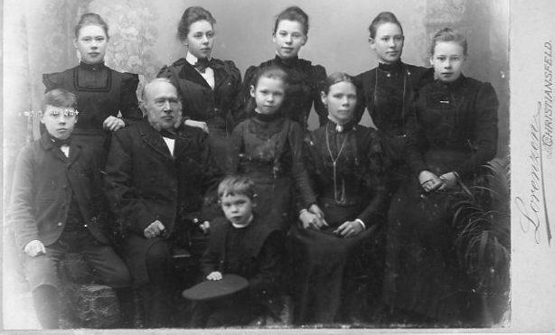 Sønnen Andreas Øster sidder til venstre i billedet ved siden af sin far.