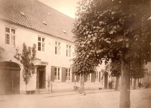 Bygningen blev opført i 1783 som et tofamilieshus, der efterfølgende blev udvidet to gange.
