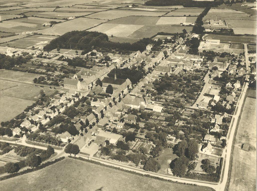 Læg mærke til Gudsager som det store mørke felt i venstre del af billedet. Bag Søstrehuset og Enkehuset ses store haver, som afsluttes af en lille lund. Haverne blev efter 1960 noget mindre p.g.a. udstykning til parcelhus grunde.