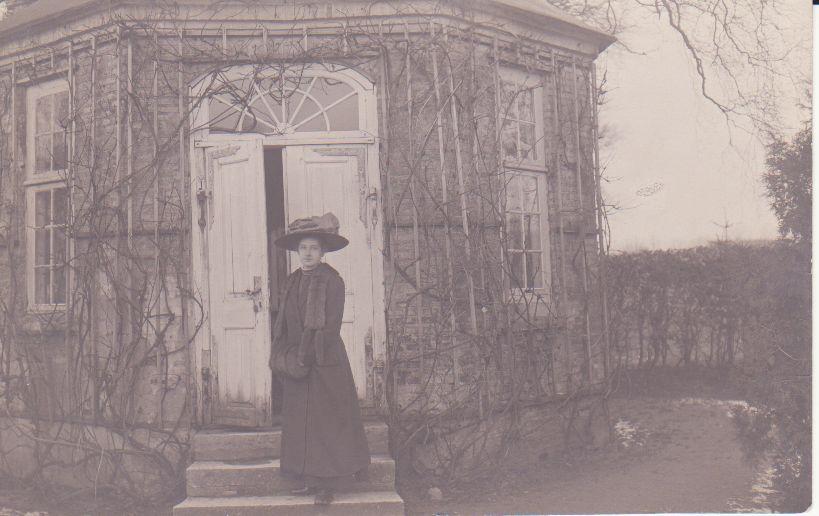 Foto ca. 1880-90. Læg mærke til solopgangsmotivet øverst over døren.