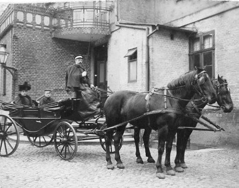 Indgangen til Brødremenighedens hotel. Prætoriustorvet.  Hotellets landauer med Fru Peters og sønnen Conrad.