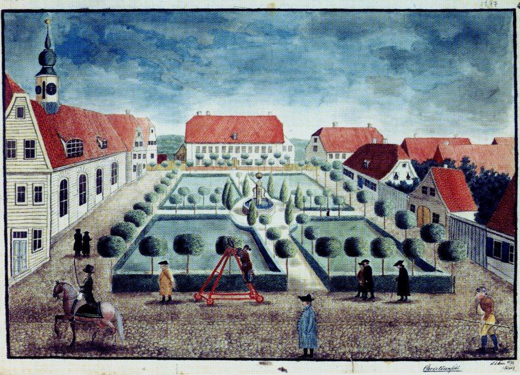 Den centrale plads i Christiansfeld i 1797. Akvarel af Anne Salome Arndt. Bemærk lindetræernes toppe klippes i form. Rundt om brønden står thujaer. Kirkepladsen var anlagt i barokstil.